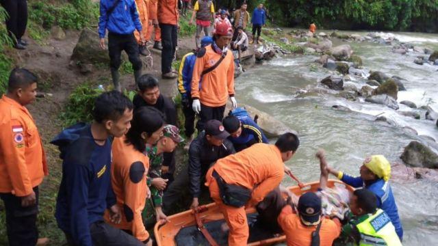 Accidente de autobús deja 28 personas muertas en Indonesia