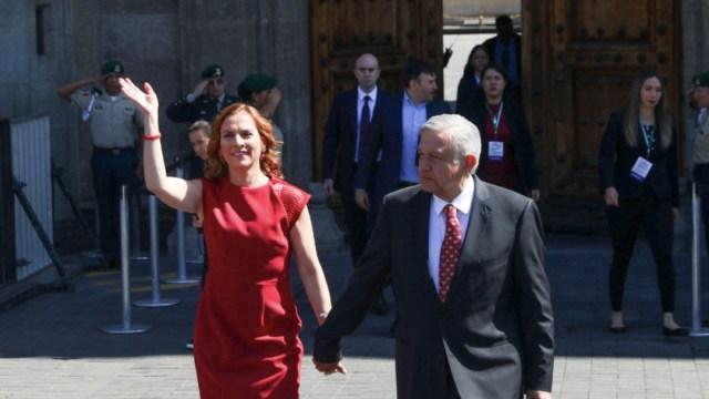 Foto: El presidente Andrés Manuel López Obrador junto a su esposa previo a su mensaje en el Zócalo. (Cuartoscuro)