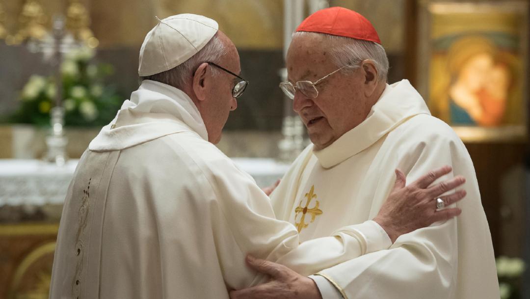 Foto: El papa Francisco (I) platica con el cardenal Angelo Sodano (D) en el Vaticano,7 de diciembre de 2017