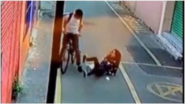 Foto: Una mujer acabó en el suelo tras ser asaltada en la CDMX, 21 de diciembre de 2019 (Foro TV)