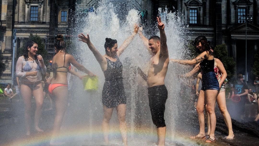 Foto: La gente disfruta de la fuente en el emblemático Lustgarten, en Alemania.