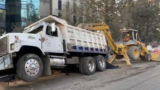 Foto: Un camión de volteo con varias toneladas de material para asfalto cayó en una zanja sobre avenida Chapultepec, 27 diciembre 2019