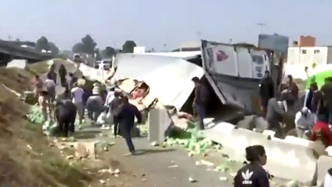Tráiler vuelca en Ecatepec y vecinos roban lechugas