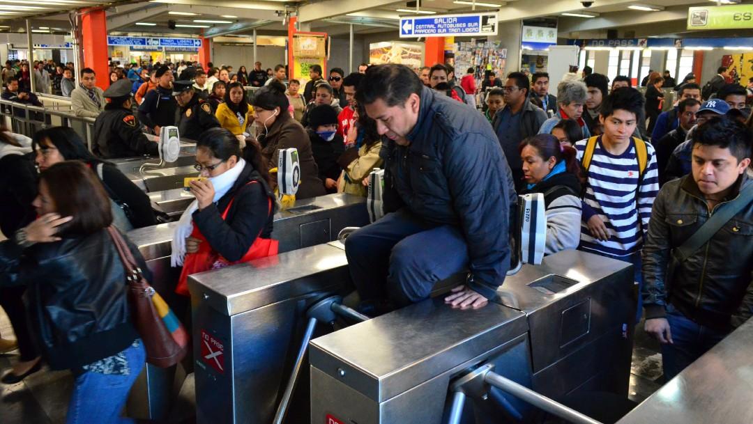 Foto: Casi un millón de personas al día se 'brincan' los torniquetes del Metro
