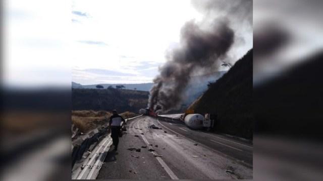 Foto: Se incendia pipa con amoniaco tras volcar en la autopista Pátzcuaro-Cuitzeo, 20 diciembre 2019