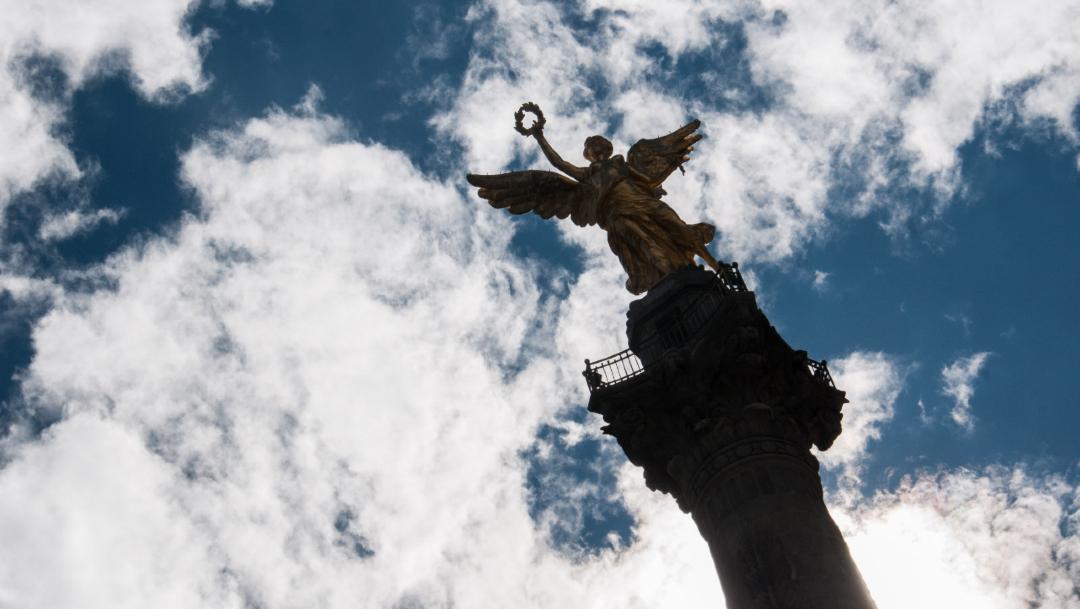 Foto: La columna del Ángel de la Independencia, a las alturas de la avenida Paseo de la Reforma, luce con un cielo a medio nublado, 1 diciembre 2019