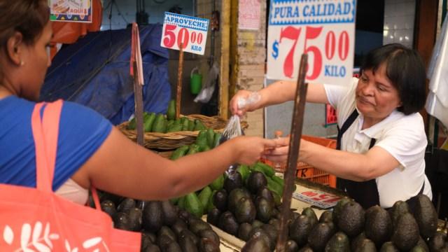 Foto: Una mujer compra aguacates en un mercado en México, 5 diciembre 2019