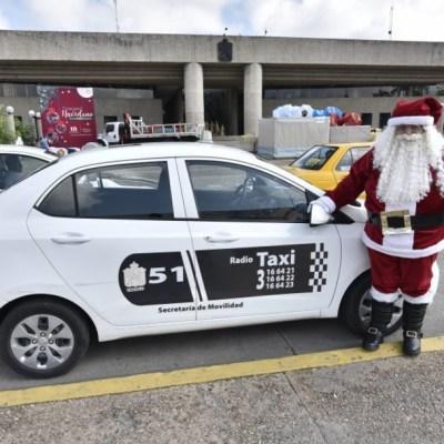 Santa Claus mexicano recolecta juguetes en su taxi para niños pobres