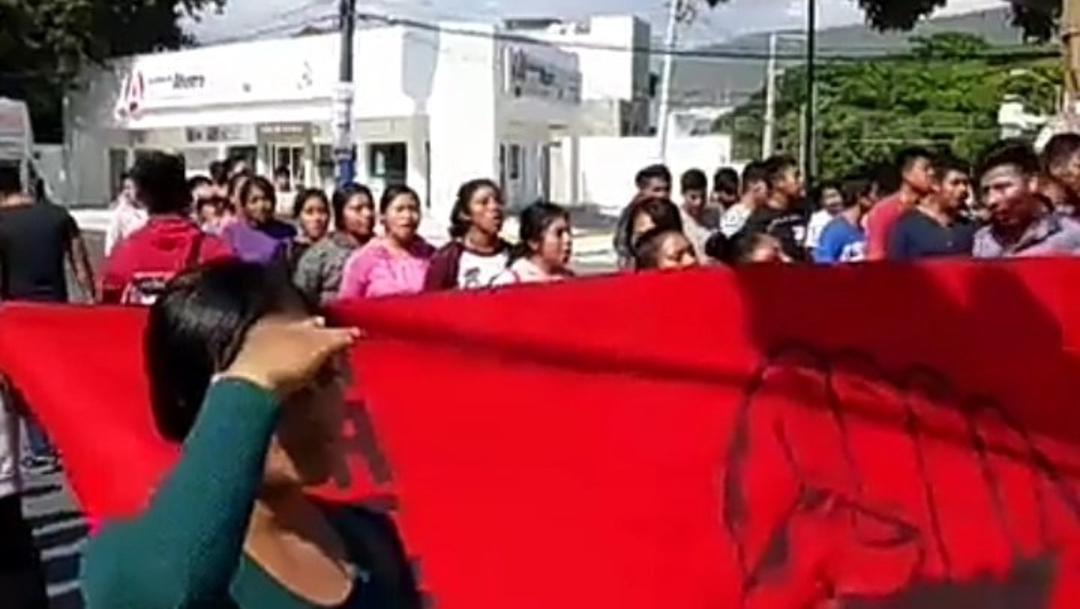 Foto: Marchan normalistas de Mactumaczá, Chiapas, 8 de diciembre de 2019 (Twitter @tinta_romeo)