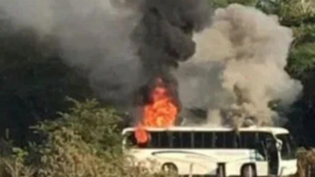FOTO Reportan enfrentamientos y quema de autobuses en Coalcomán, Michoacán (FOROtv)
