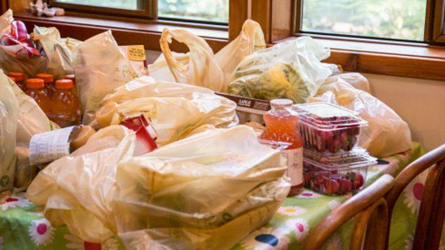 Foto: Bolsas de plástico en una mesa. Getty Images