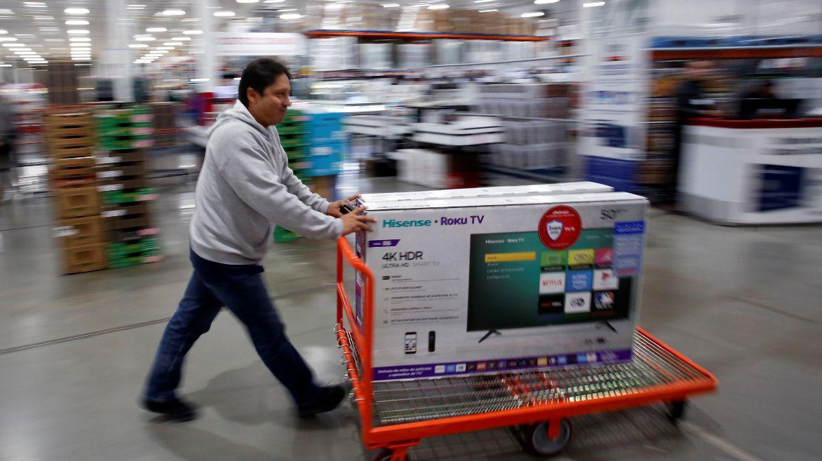 Foto: Un hombre empuja un carrito con una pantalla. Cuartoscuro
