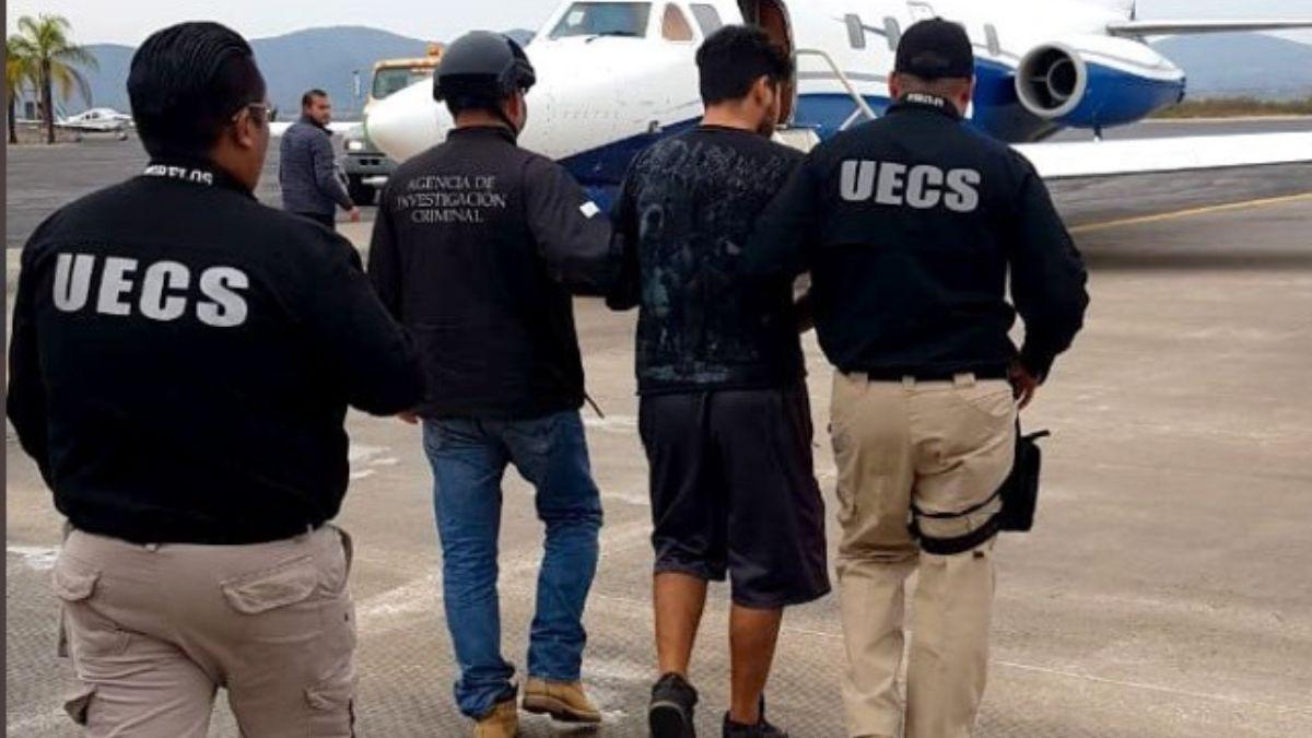Foto: Policías trasladan a Edwin 'N', un segundo hijo de Santiago Mazari, 'El Carrete'.