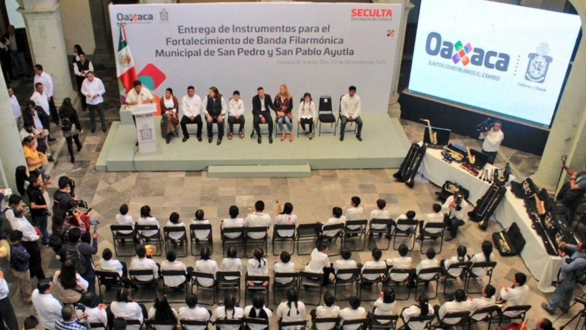Entrega de instrumentos a filarmónica de Oaxaca.