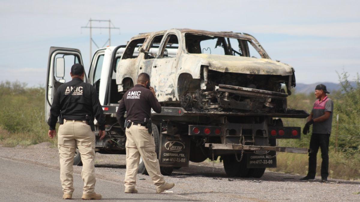 Foto: Agentes trasladan una camioneta quemada de la familia LeBaron. Cuartoscuro