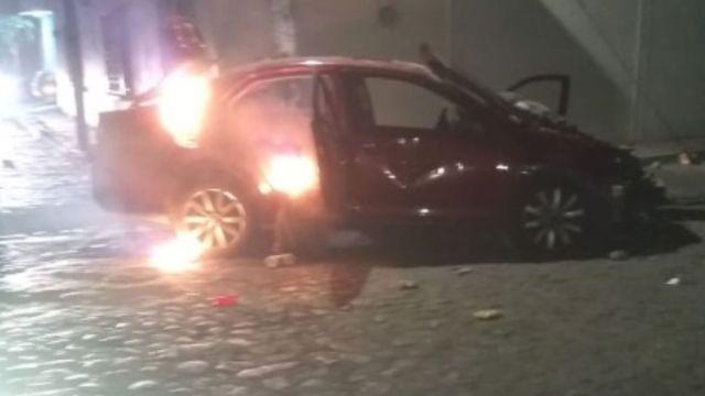 Foto: Pobladores quemaron un automóvil tras atropellar a un grupo de niños.