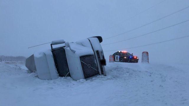 Foto: Un camión quedó volcado en la nieve en una carretera de Minnesota, EEUU.