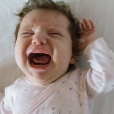 Ignorar llanto del bebé para que aprenda a dormir aumenta sus niveles de estrés