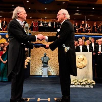 Foto: Ganadores de los Premios Nobel reciben el galardón en Estocolmo