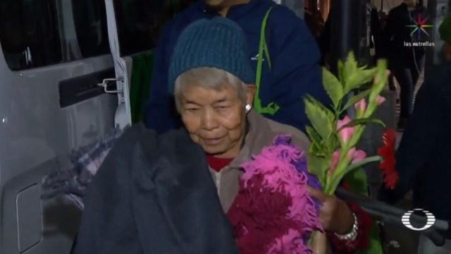 Foto: La mujer de 68 años de edad, y 20 como persona en situación vulnerable, recibió una cobija, un gorro, guantes y bufanda como parte de la ayuda que ofrecen las brigadas del programa 'Abrigando a la Ciudad' del gobierno capitalino
