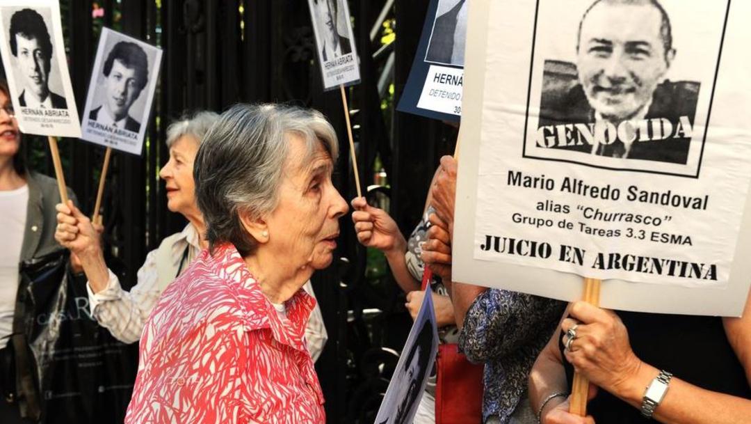 Foto: Un grupo de personas protestas con pancartas sobre Mario Sandoval detenido en París, 11 diciembre 2019