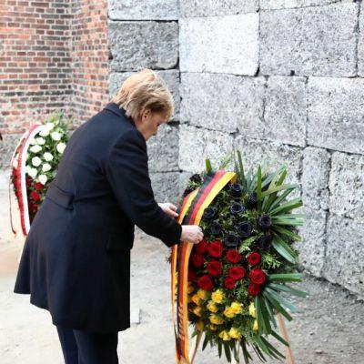 Merkel visita Auschwitz por primera vez y rinde tributo a víctimas