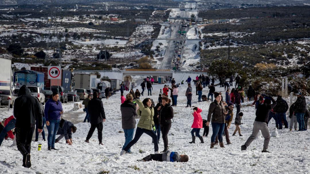 Foto: La gente aprovechó para bajarse de sus vehículos y disfrutar la nieve en La Rumorosa, 26 de diciembre de 2019, (OMAR MARTÍNEZ /CUARTOSCURO.COM