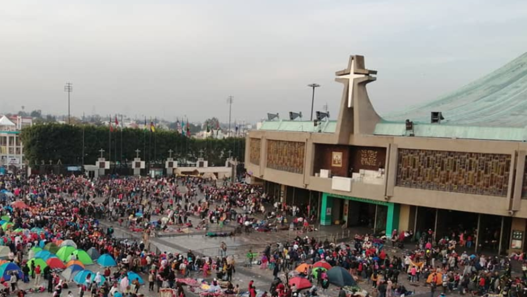 FOTO Entregan rosa a peregrinos durante misa especial en Basílica de Guadalupe (Arquidiócesis Primada de México)
