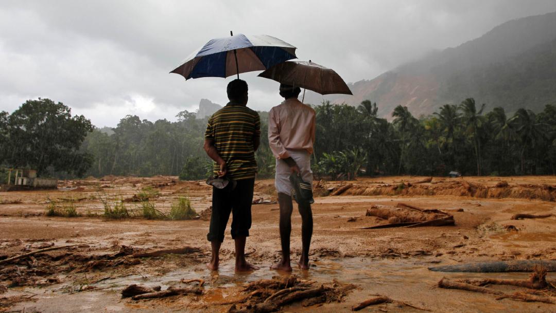 Foto: Dos sobrevivientes de las fuertes lluvias que arrasaron Sri Lanka, 18 May 18 2016