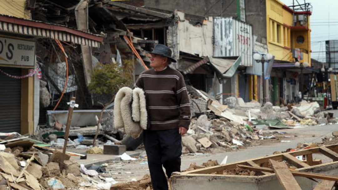 Foto: Un hombre observa los daños ocasionados por el terremoto en Chile, 6 diciembre 2019