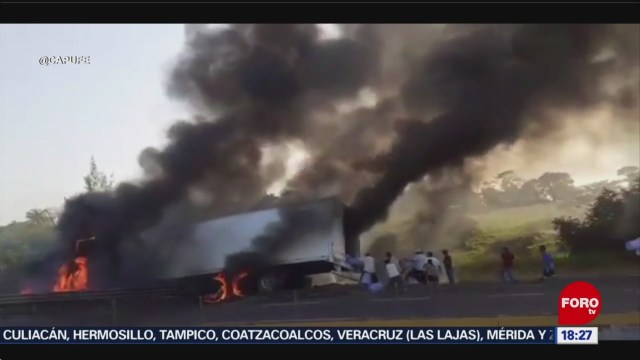 FOTO: Tráiler Se Incendia Aun Así Pobladores Llegan Rapiña