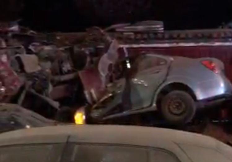Tráiler choca autos en la México-Cuernavaca y se mete a casa