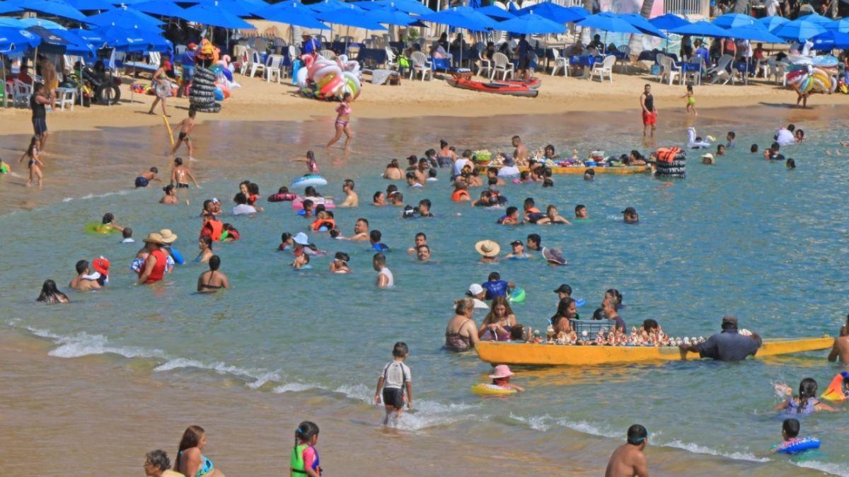 Turistas en playa de Acapulco.
