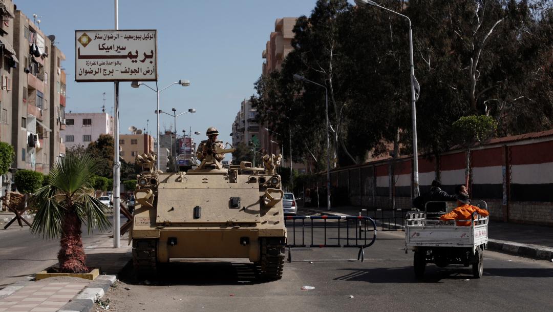 FOTO: Vehículo blindado egipcio afuera de la prisión de Port Said, el 28 de diciembre de 2019