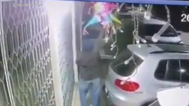 FOTO: Video: Ladrón se lleva los adornos navideños de una casa, el 17 de diciembre de 2019