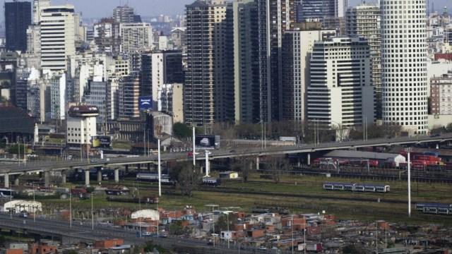 FOTO Detienen a 5 menores por violar a niña de 13 años; en la imagen, panorámica de Buenos Aires (AP)