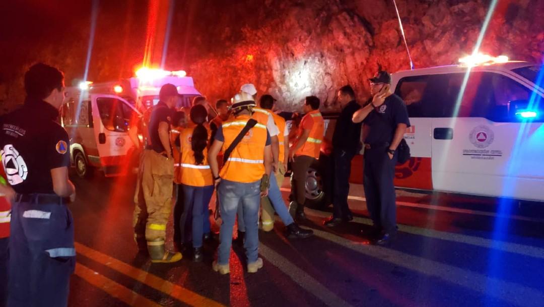 Vuelca pipa con amoniaco en Autopista Siglo XXI en Michoacán