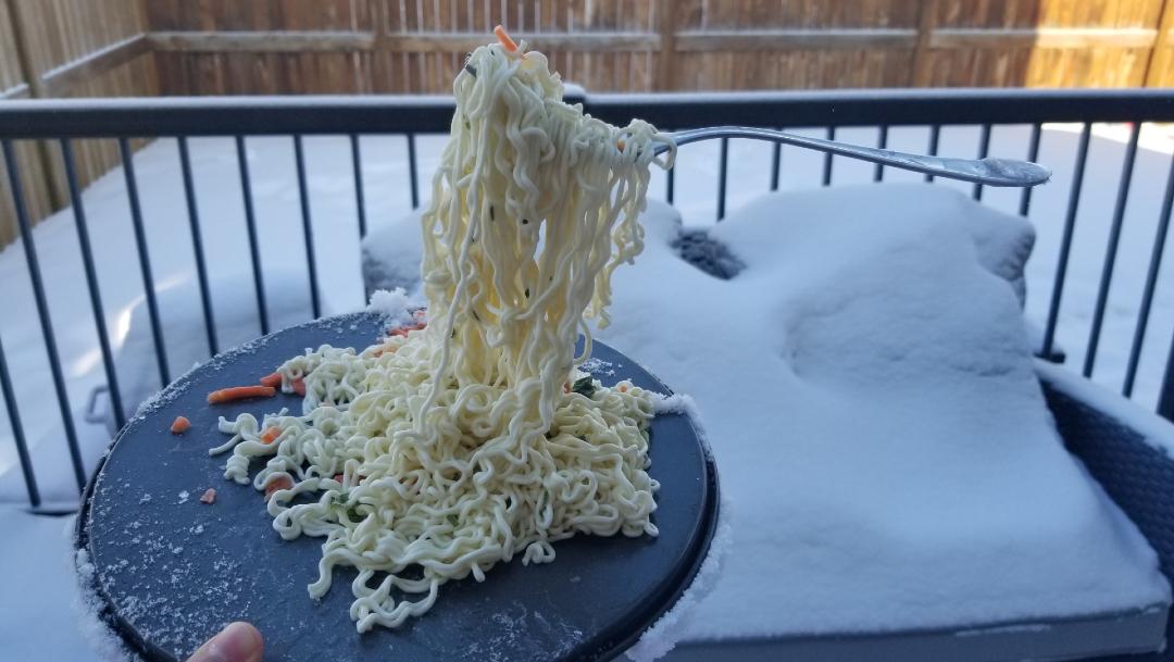 FOTO: Pareja quiso comer sus noodles afuera, pero se congelaron inmediatamente, 17 DE ENERO DE 2020, (Reuters)