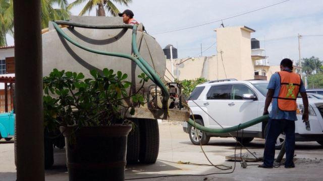 Foto: El Ayuntamiento de Acapulco distribuye el agua potable a través de pipas