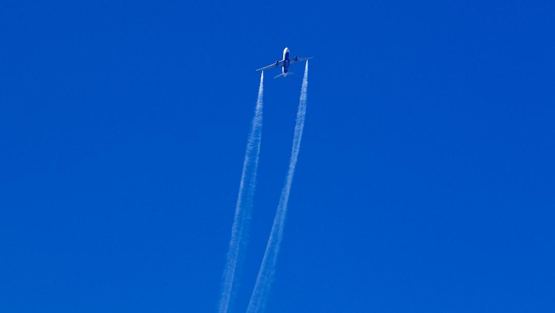 avion arroja combustible en california