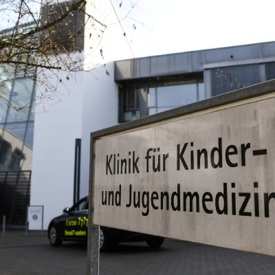 Arrestan a enfermera por inyectar morfina a cinco bebés, en Alemania