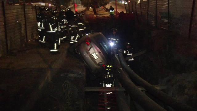auto cae a zanja de obras en la alcaldia venustiano carranza