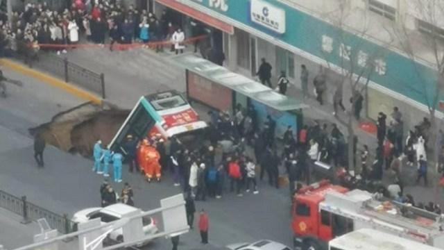 Autobús de pasajeros cae a socavón en China y deja 6 muertos