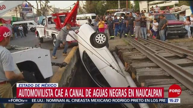 FOTO: automovilista cae a canal de aguas negras en naucalpan
