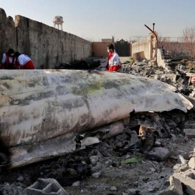 Foto: Rescatistas buscan en la escena donde cayó un avión ucraniano en Teherán, Irán, 18 enero 2020