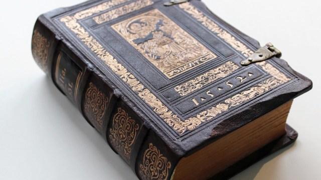 Biblia-falsa-detienen-pastor-pistola-escondida-Colombia