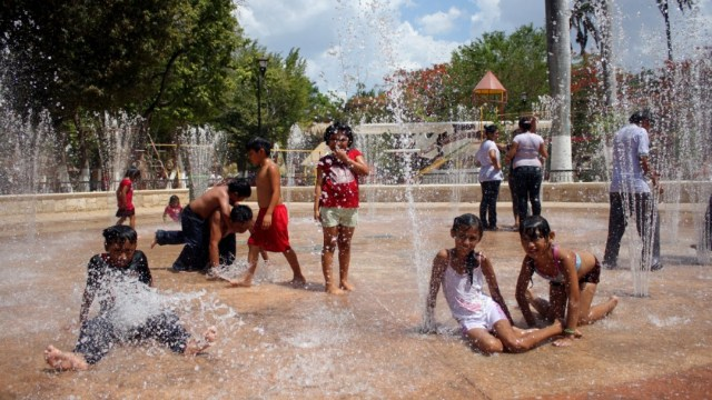 Foto: Los yucatecos recurren a las fuentes publicas para mitigar el calor.