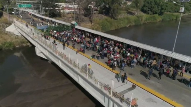 Migrantes centroamericanos intentan cruzar la frontera México-Guatemala.