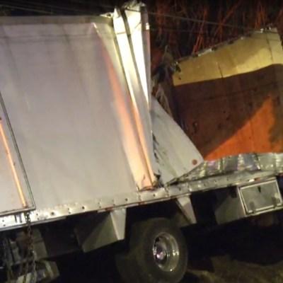 FOTO: Camión chocha con puente para evitar ocasionar daños mayores, el 27 de enero de 2020