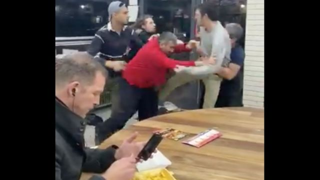 Foto Video de hombre comiendo en medio de una pelea se vuelve viral 15 enero 2020
